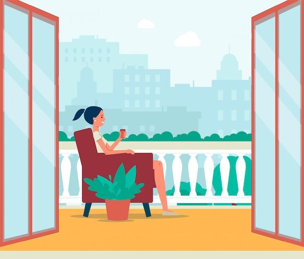 Frauenfigur, die auf balkon oder außenterrasse sitzt.