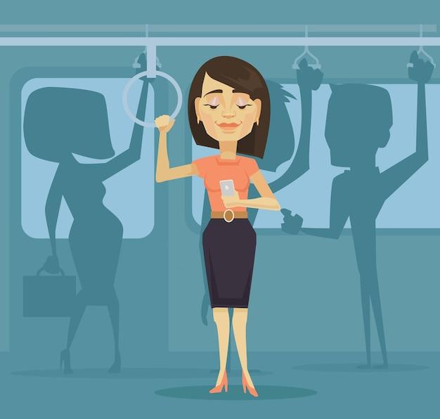 Frauenfigur unter verwendung des smartphones in der flachen karikaturillustration des öffentlichen verkehrs