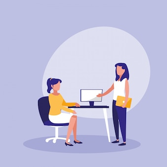 Frauengruppe mit dem desktop an arbeitsplatz