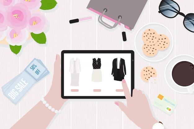 Frauenhände, die bewegliche tablette halten