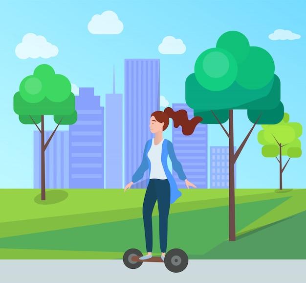 Frauenreiten segway im grünen stadtpark mit bäumen