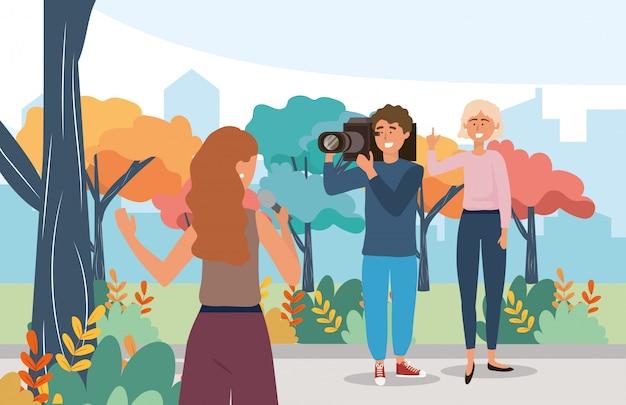 Frauenreporter mit mikrofonausrüstung und kameramann
