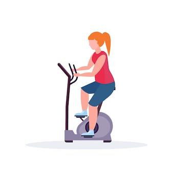 Frauentraining übung fahrradsportlerin, die stationäres fahrradmädchen reitend macht spinnsportaktivitäten gesunder lebensstil konzept weibliche zeichentrickfigur in voller länge flach