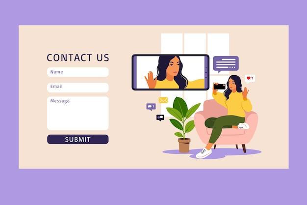Frauenvideoblogger, der auf sofa mit telefon sitzt und video mit smartphone aufzeichnet. kontaktiere uns. verschiedene social media icons. flacher stil.