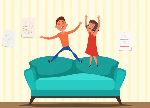 Freche kinder springen auf sofa