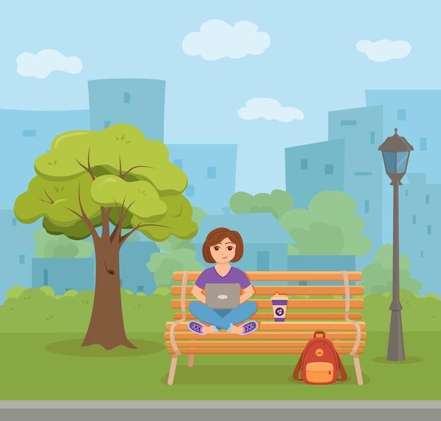 Freelancer glückliche junge frau, die auf der bank im park mit kaffee arbeitet. illustration des mädchens, das mit computer sitzt und laptop studiert oder netzwerk im flachen stil tut.