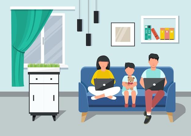 Freiberufler. familie mit kleinem kind, das von zu hause auf einem laptop arbeitet, der auf der couch sitzt. heimbüro.