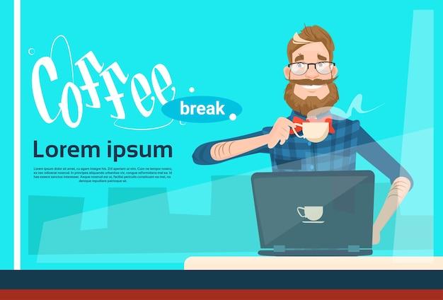 Freiberufler-mann, der laptop-sitzende hold-cup-kaffeepause verwendet