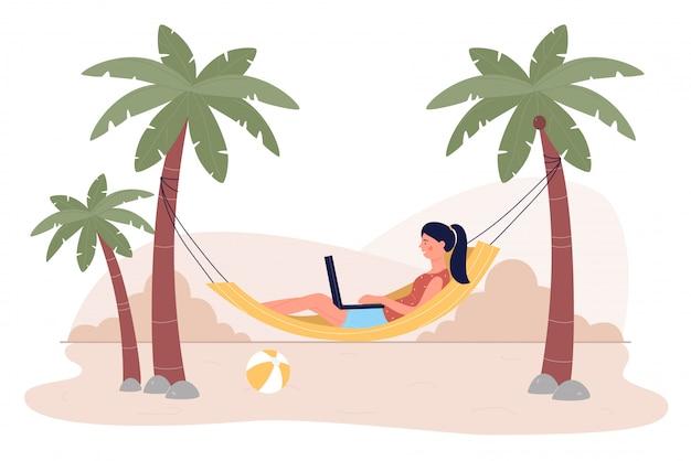 Freiberuflerin der jungen frau, die auf laptop liegend in der hängematte am strandresort auf tropischer insel lokalisiert arbeitet