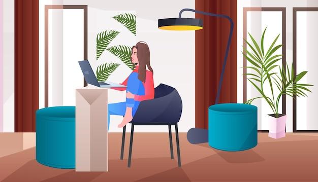 Freiberuflerin, die auf einem stuhl sitzt und ein laptop-social-media-netzwerk verwendet, das online-kommunikationskonzept wohnzimmerinnenraum horizontal verwendet