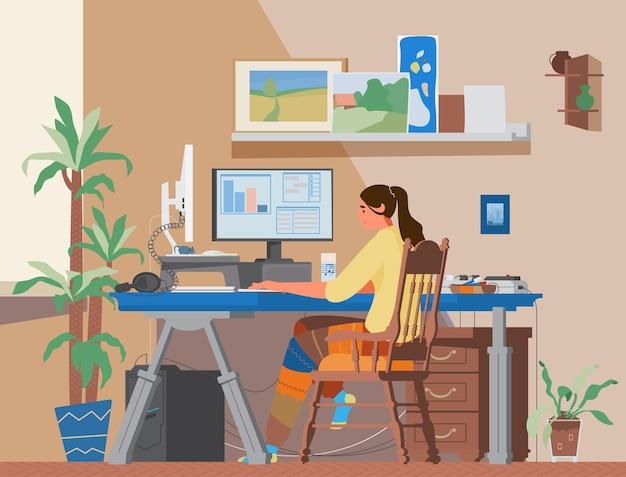 Freiberuflerin, die zu hause am computer arbeitet