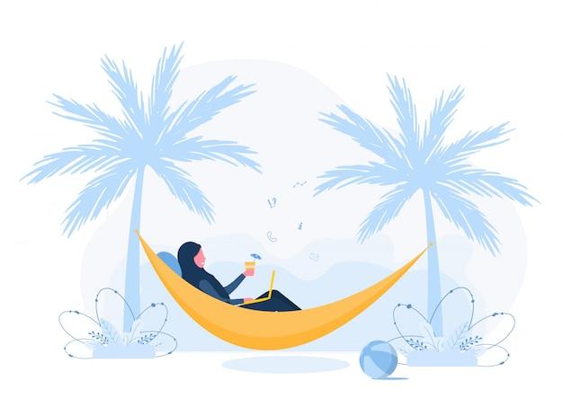 Freiberufliche frauen. arabisches mädchen im hijab mit laptop liegt in der hängematte unter palmen mit cocktail. konzeptillustration für arbeiten im freien, lernen, kommunikation, gesunden lebensstil. flacher stil.
