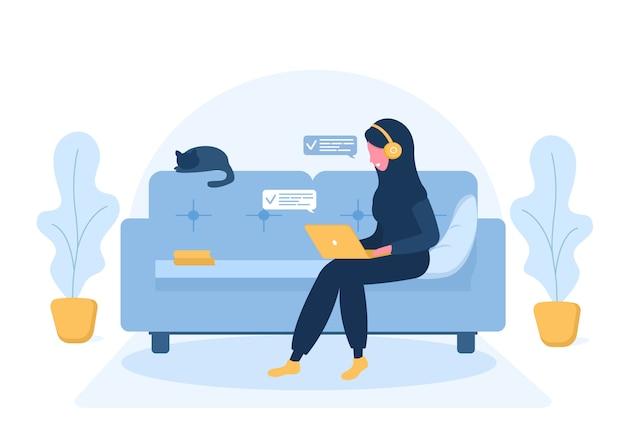 Freiberufliche frauen. arabisches mädchen im hijab und in den kopfhörern mit laptop, der auf dem sofa liegt. konzeptillustration für arbeiten von zu hause, bildung, gesunden lebensstil. illustration im flachen stil.