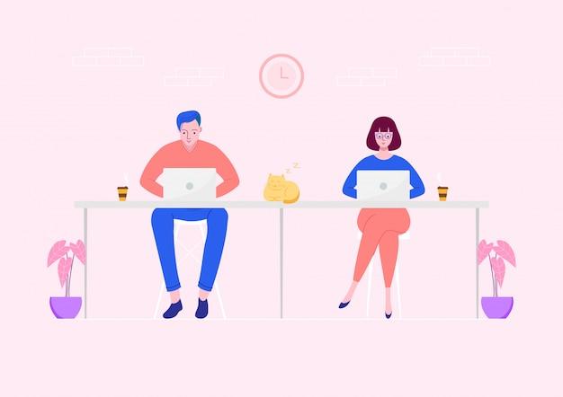 Freiberufliche mitarbeiter arbeiten am laptop am arbeitsplatz.
