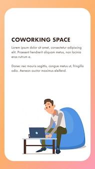 Freiberufliche mitarbeiterin mit laptop im sitzsack