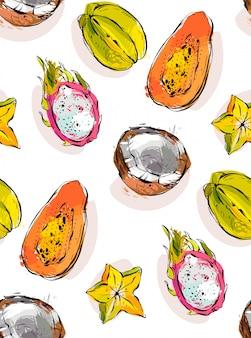 Freihand strukturiertes ungewöhnliches nahtloses muster mit exotischen tropischen früchten papaya, drachenfrucht, kokosnuss und karambola lokalisiert auf weißem hintergrund.