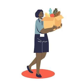 Freiwillige der afroamerikanerin, die eine schachtel mit lebensmitteln für eine spende hält