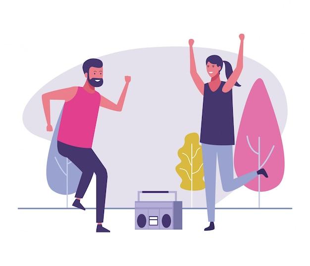 Freunde, die draußen zur musik tanzen