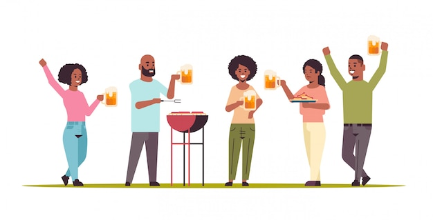 Freunde, die hot dogs auf grill vorbereiten und bier trinken glücklich afroamerikanische männer frauengruppe, die spaß picknickgrillwochenende partykonzept flach in voller länge horizontal hat
