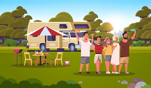 Freunde, die selfie-foto machen, das am anhänger draußen steht glückliche männerfrauengruppe, die spaß sommerpicknick-grillparty-wochenendkonzeptlandschaftshintergrund flach in voller länge horizontal hat