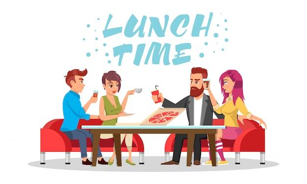 Freunde oder kollegen sitzen am tisch mit getränken und pizza. schriftzug mittagspause.