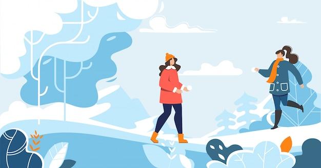 Freundinnen, die zusammen in winter-wald gehen