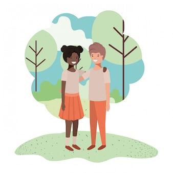 Freundliche teenager-ethniepaare im park