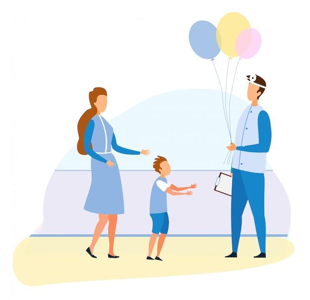Freundlicher kinderarzt gibt ballon-jungen patienten