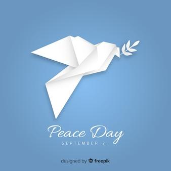 Friedenstageskonzept mit origamitaube