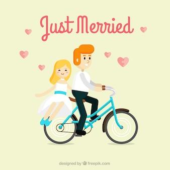 Frisch verheiratete paar auf dem fahrrad