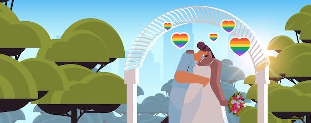 Frisch verheiratetes lesbisches paar mit blumen, die sich in der nähe des hochzeitsbogens küssen, transgender-liebe lgbt-gemeinschaftshochzeitsfeierkonzept horizontale porträtvektorillustration