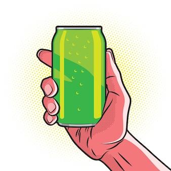 Frische grüne getränkedose in der heißen roten hand