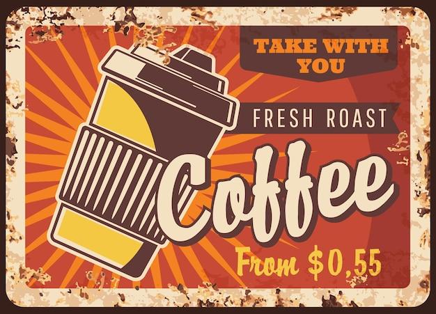 Frischer kaffee in einwegbecher rostigen metallplatte röstgetränk zum mitnehmen