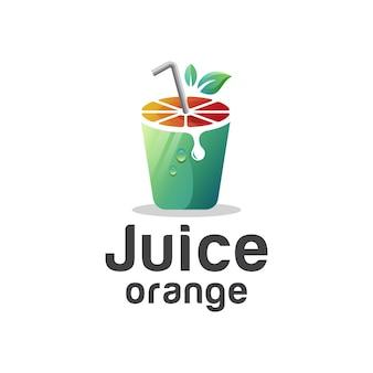 Frischer saft mit geschnittener fruchtorange und glas, grünes teegetränk mit farbverlauf-logo-design