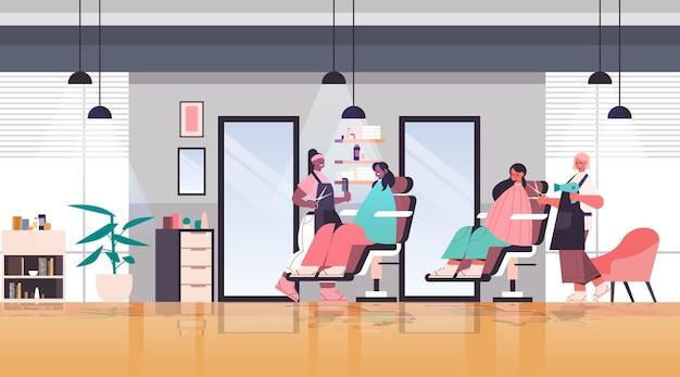 Friseure machen frisur, um rennen kunden modernen schönheitssalon innen horizontale vektor-illustration in voller länge zu mischen