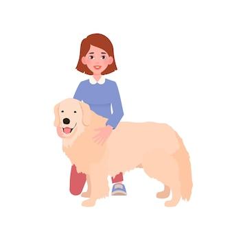 Fröhliche hübsche junge frau, die ihren retrieverhund umarmt