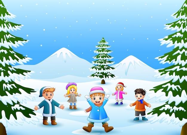Fröhliche kinder spielen im schnee