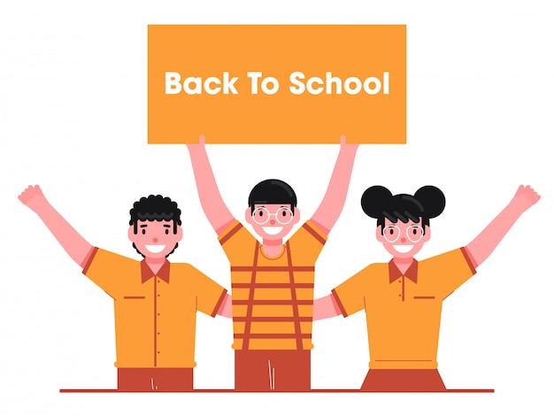 Fröhliche studentenkinder, die message board von back to school auf weißem hintergrund zeigen.