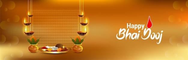 Fröhlicher bhai dooj-feierhintergrund mit kreativen puja-tellern Premium Vektoren