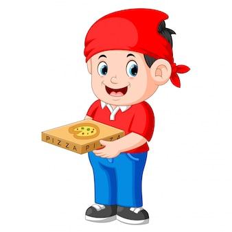 Fröhlicher kerl vom zustelldienst in rotem t-shirt und hält pizzakartons