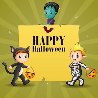 Fröhliches halloween mit kindern, die kostüm tragen