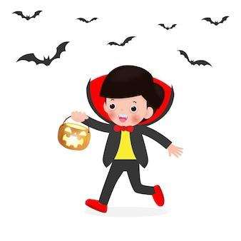 Fröhliches halloween. netter kleiner dracula-vampir, der kürbis und fliegende fledermäuse, kinder im halloween-kostüm lokalisiert auf weißem hintergrund hält. kinderkostüm-partyillustration.