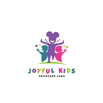 Frohe kinderbetreuungslogoschablone mit laufender glücklicher kindersilhouette