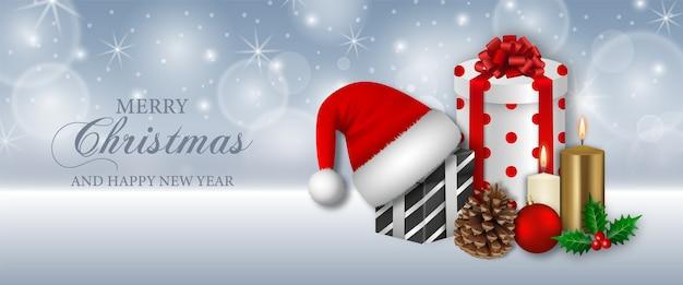 Frohe weihnachten banner mit geschenkboxen, kerzen und weihnachtsmann hut