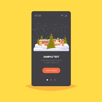 Frohe weihnachten frohes neues jahr feiertagsfeier grußkarte niedliche häuser verschneite stadt auf winter smartphone bildschirm online mobile app vektor-illustration