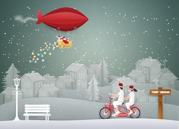 Frohe weihnachten mit santa claus auf rotem ballon im himmel