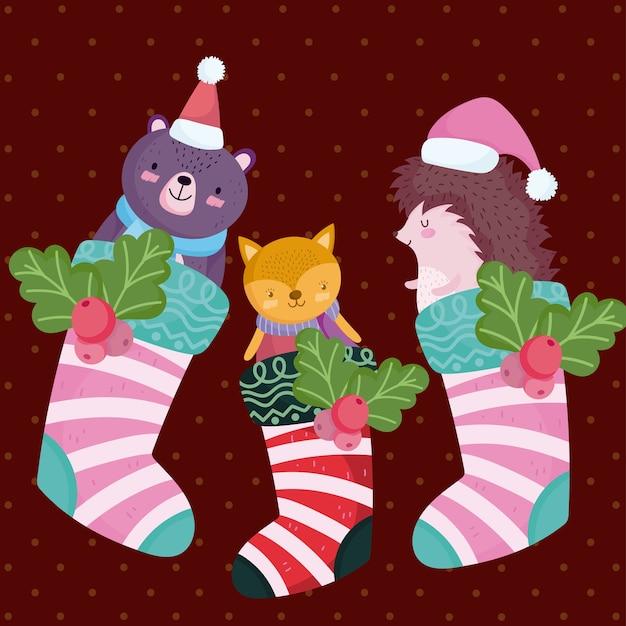 Frohe weihnachten, niedlicher bärenfuchs und igel und schneemann in gestreiften sockenillustration