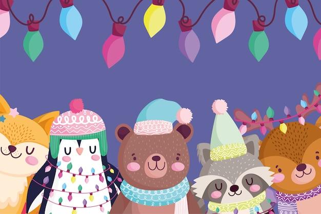 Frohe weihnachten, niedliches bärenpinguin-fuchs-reh und waschbärporträt beleuchtet dekorationskarikaturillustration