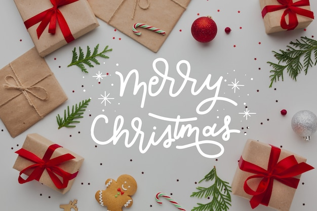 Frohe weihnachten-schriftzug auf foto mit geschenken