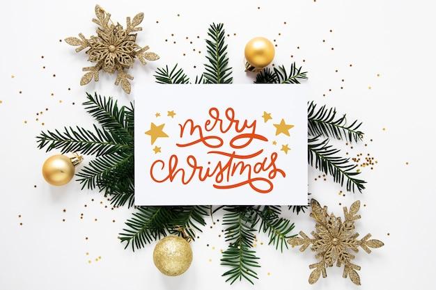 Frohe weihnachten-schriftzug auf foto mit zweigen